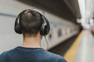 Dank Hörbüchern kannst du ganz entspannt von zuhause oder auf dem Weg zur Arbeit neues Wissen lernen.